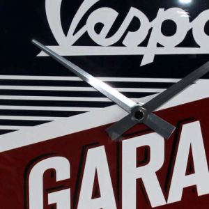 Wanduhr-Vespa-Garage-detail